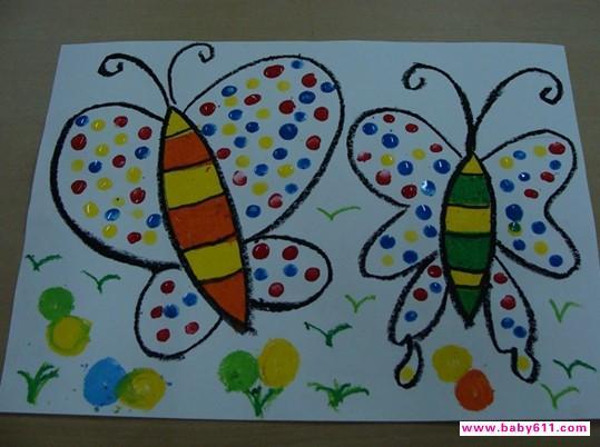 活动目标: 1、通过给蝴蝶穿新衣,感受色彩美及美术活动带来的乐趣。 2、掌握利用手指技巧有创意的装扮蝴蝶翅膀的各种花纹。 重难点:手指站立---圆点小;手指躺下---圆点大。 活动准备:幼儿人手一只蝴蝶(包含部分点画的)、人手一份水粉颜料(红、黄、蓝三色) 活动过程: 一、以蝴蝶姑娘没有美丽的衣服,很伤心激发孩子的活动兴趣。妈$咪$爱$婴$网$幼儿园$教案频道 二、通过观看教师作画感知手指站立和手指躺下所得到的圆点大小是不同的。 三、幼儿自己动手作画(爸爸妈妈可以帮忙) 要求:鼓励幼儿大胆、有创意的装扮蝴